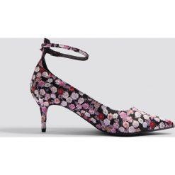 NA-KD Shoes Satynowe czółenka z paskiem - Multicolor. Szare buty ślubne damskie NA-KD Shoes, w paski, z satyny, na obcasie. W wyprzedaży za 48,59 zł.