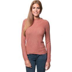 Sweter w kolorze brudnego różu. Czerwone swetry klasyczne damskie marki Benetton, s, z dzianiny, z okrągłym kołnierzem. W wyprzedaży za 129,95 zł.