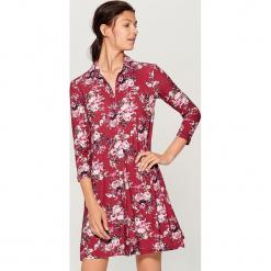 Sukienka w kwiaty - Brązowy. Pomarańczowe sukienki marki numoco, l, w kwiaty, z dekoltem w łódkę, oversize. Za 119,99 zł.
