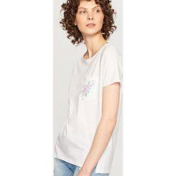 T-shirt z ozdobną kieszonką - Biały. Białe t-shirty damskie marki Reserved, l, z dzianiny. Za 59,99 zł.