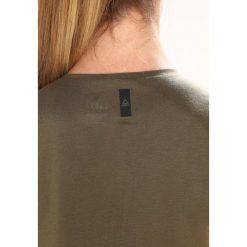 Reebok MUSCLE Top armygreen. Brązowe topy sportowe damskie marki Reebok, xl, z materiału. W wyprzedaży za 126,65 zł.