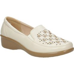 Beżowe półbuty na koturnie ażurowe Casu 57215-7. Brązowe buty ślubne damskie Casu, w ażurowe wzory, na koturnie. Za 69,99 zł.