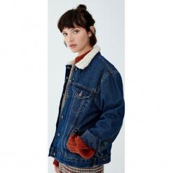 Kurtka jeansowa ze sztucznym barankiem. Niebieskie bomberki damskie Pull&Bear, z denimu. Za 139,00 zł.
