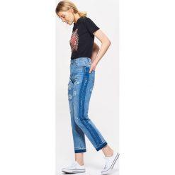 Boyfriendy damskie: Mom jeans z przetarciami - Niebieski