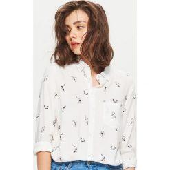 Klasyczna koszula z nadrukiem - Biały. Białe koszule wiązane damskie Cropp, l, z nadrukiem, klasyczne, z klasycznym kołnierzykiem. Za 49,99 zł.