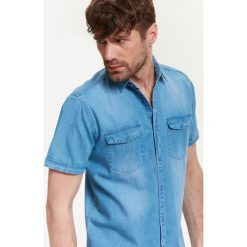 KOSZULA MĘSKA JEANSOWA O PROSTYM KROJU. Niebieskie koszule męskie jeansowe marki Top Secret, m, z krótkim rękawem. Za 44,99 zł.