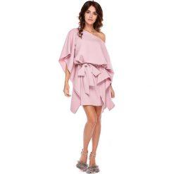 Ciemno Różowa Luźna Asymetryczna Sukienka z Wiązanym Paskiem. Szare sukienki asymetryczne marki Mohito, l, z asymetrycznym kołnierzem. Za 188,90 zł.