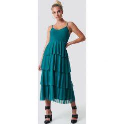 NA-KD Sukienka na ramiączkach - Green. Szare długie sukienki marki NA-KD, z bawełny, z podwyższonym stanem. Za 202,95 zł.