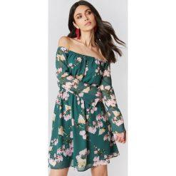 Sukienki hiszpanki: Hannalicious x NA-KD Szyfonowa sukienka z odkrytymi ramionami – Green,Multicolor