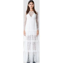 Sahara Ray x NA-KD Koronkowa sukienka z długim rękawem - White. Białe długie sukienki marki Sahara Ray x NA-KD, z koronki, z falbankami, z długim rękawem. W wyprzedaży za 170,07 zł.