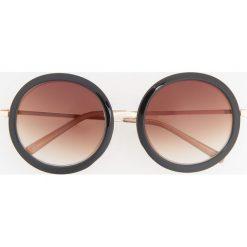 Okulary przeciwsłoneczne - Brązowy. Białe okulary przeciwsłoneczne damskie marki Reserved, l, z dzianiny. Za 49,99 zł.
