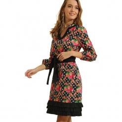Sukienka w kolorze czarnym ze wzorem. Czarne sukienki z falbanami marki Almatrichi, z falbankami, midi, proste. W wyprzedaży za 169,95 zł.