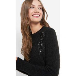 Sweter z aplikacją 3D. Brązowe swetry klasyczne damskie marki Orsay, xs, z dzianiny, z okrągłym kołnierzem. W wyprzedaży za 80,00 zł.