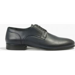 Półbuty wizytowe granatowe Fausto. Czarne buty wizytowe męskie marki Kazar, ze skóry, z otwartym noskiem. Za 239,99 zł.