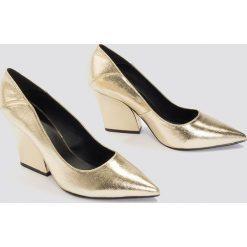 Buty ślubne damskie: NA-KD Shoes Metaliczne czółenka Pointy - Gold