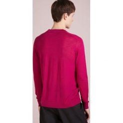 Nuur SERAFINO Sweter magenta. Czerwone swetry klasyczne męskie Nuur, m, z materiału. Za 1059,00 zł.