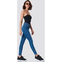 Rut&Circle Jeansy Victoria Skinny Dark Blue - Blue. Zielone jeansy damskie marki Rut&Circle, z dzianiny, z okrągłym kołnierzem. Za 202,95 zł.