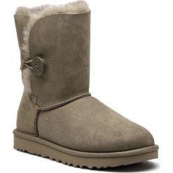 Buty UGG - W Bailey Button II 1016226 W/Alp. Zielone buty zimowe damskie Ugg, ze skóry, na niskim obcasie. Za 919,00 zł.