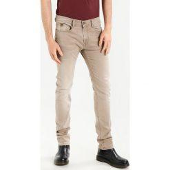 Kaporal Jeansy Slim Fit sand. Brązowe jeansy męskie relaxed fit Kaporal, z bawełny. Za 399,00 zł.