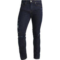 New Look HARRY Jeansy Slim Fit blue. Czarne jeansy męskie marki New Look, z materiału, na obcasie. W wyprzedaży za 126,75 zł.