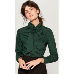 Koszula z wiązaniem na dekolcie - Khaki. Brązowe koszule wiązane damskie marki Mohito. Za 89,99 zł.