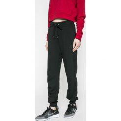 Nike Sportswear - Spodnie. Różowe spodnie sportowe damskie marki Nike Sportswear, l, z nylonu, z okrągłym kołnierzem. W wyprzedaży za 179,90 zł.