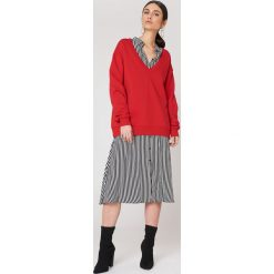 NA-KD Basic Bluza basic z dekoltem V - Red. Różowe bluzy damskie marki NA-KD Basic, prążkowane. Za 100,95 zł.