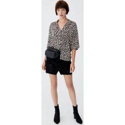 Czarna jeansowa spódnica z przetarciami. Czarne spódniczki jeansowe Pull&Bear. Za 79,90 zł.