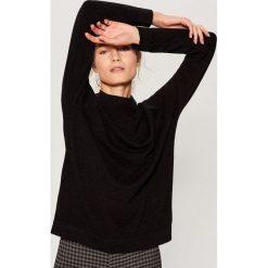 Sweter z półgolfem - Czarny. Czarne swetry klasyczne damskie marki Mohito, l. Za 99,99 zł.