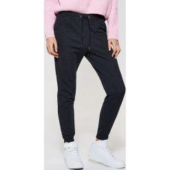 Spodnie dresowe damskie: Dresowe spodnie typu jogger – Szary