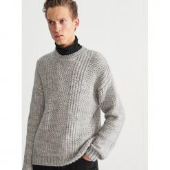Sweter z okrągłym dekoltem - Jasny szar. Niebieskie swetry klasyczne męskie marki Reserved, l, z okrągłym kołnierzem. Za 159,99 zł.