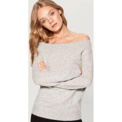 Sweter z odkrytymi ramionami - Jasny szar. Czerwone swetry klasyczne damskie marki Mohito, z bawełny. Za 99,99 zł.