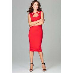Czerwona Klasyczna Ołówkowa Sukienka Midi z Ozdobnym Dekoltem. Czerwone sukienki balowe marki Molly.pl, na imprezę, l, z klasycznym kołnierzykiem, bez rękawów, midi, dopasowane. Za 159,90 zł.