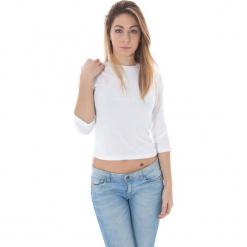 Bluzka w kolorze białym. Białe bluzki damskie Just Cavalli, Calvin Klein, Lee, z okrągłym kołnierzem. W wyprzedaży za 139,95 zł.