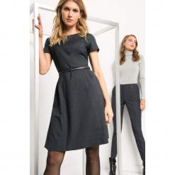 Rozkloszowana sukienka. Niebieskie sukienki mini marki Orsay, do pracy, w paski, z elastanu, biznesowe, z dekoltem na plecach, z krótkim rękawem, rozkloszowane. Za 139,99 zł.