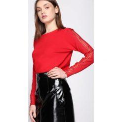 Czerwony Sweter Impulsion. Czerwone swetry klasyczne damskie Born2be, m, z dekoltem w łódkę. Za 64,99 zł.