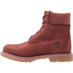Timberland 6IN PREMIUM EMBOSSED Botki sznurowane sable. Czerwone buty zimowe damskie marki Timberland, z materiału, na sznurówki. W wyprzedaży za 743,20 zł.
