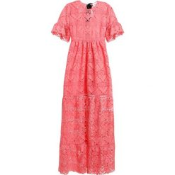Długie sukienki: PERSEVERANCE LONDON AZTEK GUIPURE LACE OPEN BACK GOWN Długa sukienka coral pink