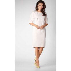 Beżowa Elegancka Prosta Sukienka z Asymetrycznym Zapięciem. Czarne sukienki asymetryczne marki bonprix, do pracy, w paski, biznesowe, moda ciążowa. W wyprzedaży za 119,88 zł.