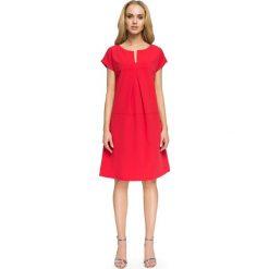 LILIAN Trapezowa sukienka z dekoltem - czerwona. Czerwone sukienki hiszpanki Stylove, z krótkim rękawem, mini, trapezowe. Za 129,99 zł.