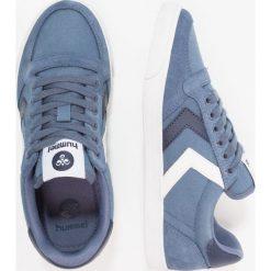 Hummel SLIMMER STADIL Tenisówki i Trampki vintage indigo. Niebieskie trampki chłopięce marki Hummel, z materiału. Za 249,00 zł.
