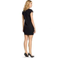 JADA Mini sukienka - tunika ze złotymi ćwiekami - czarna. Czarne sukienki balowe Moe, z dekoltem w łódkę, bez rękawów, mini, bombki. Za 109,00 zł.