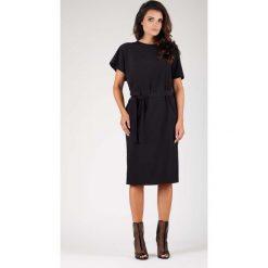 Czarna Sukienka z Krótkim Kimonowym Rękawem z Paskiem. Sukienki małe czarne marki Molly.pl, do pracy, l, w paski, biznesowe, z okrągłym kołnierzem, z krótkim rękawem, dopasowane. W wyprzedaży za 130,11 zł.