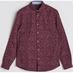 Bawełniana koszula z drobnym wzorem - Bordowy. Czerwone koszule męskie marki Cropp, l. Za 99,99 zł.