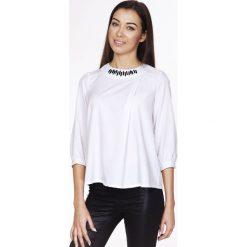Bluzki, topy, tuniki: Biała Elegancka Bluzka z Biżuteryjnym Akcentem przy Dekolcie