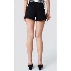 NA-KD Szorty jeansowe z wysokim stanem i rozdarciami - Black. Czarne bermudy damskie NA-KD, z jeansu, z podwyższonym stanem. W wyprzedaży za 48,59 zł.