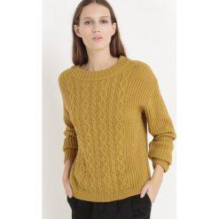 Swetry damskie: Sweter z dzianiny o splocie warkocza, szeroki ściągacz przy dekolcie
