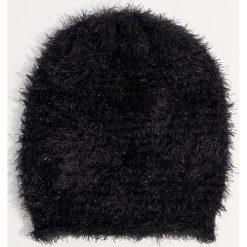 Czapka z dzianiny z długim włosem - Czarny. Czerwone czapki zimowe damskie marki Mohito, z bawełny. Za 39,99 zł.