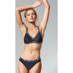 Stroje kąpielowe damskie: Góra od bikini z ozdobną taśmą – Czarny