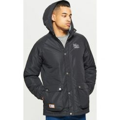 Casualowa kurtka z kapturem - Czarny. Czarne kurtki męskie marki Cropp, l, z kapturem. W wyprzedaży za 149,99 zł.